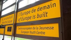 """Insegne all'ingresso del Centro europeo per la gioventù, presso il Consiglio d'Europa, con la scritta """"Qui si costruisce l'Europa di domani"""""""