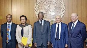 Il Segretario Generale delle Nazioni Unite con la Commissione internazionale di inchiesta sul Darfur. Da sinistra a destra: Dumisa Ntsebeza (Sud Africa), Therese Striggner Scott (Ghana), il Segretario Generale Kofi Annan, Antonio Cassese, Presidente della Commissione (Italia), e Mohammed Fayek (Egitto), 2004.