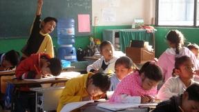 Particolare di una classe di bambini sudamericani mentre lavorano.