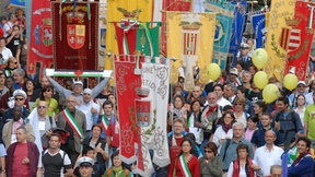 Gonfaloni degli Enti Locali per la pace e i diritti umani alla Marcia Perugia-Assisi, 2001