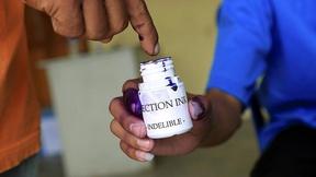 Un elettore dipinge il suo dito con inchiostro indelebile durante le operazioni di voto a Timor Est, 2009