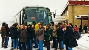 Studenti del Master Europeo in diritti umani e democratizzazione salgono sull'autobus, durante il viaggio di studio in Bosnia Herzegovina (Sarajevo, 1998).