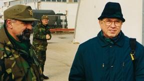 Field Trip in Bosnia ed Herzegovina del Master Europeo in Diritti Umani e Democratizzazione, Sarajevo, gennaio 1998. Nella foto Antonio Papisca con alcuni militari della missione di pace.