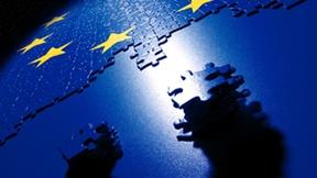 La bandiera europea in un puzzle che forma il globo terrestre.