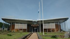 Facciata del 'palazzo che ospita la Corte Speciale per la Sierra Leone, a Freetown nella Sierra Leone. La corte è stata creata dalle Nazioni Unite per giudicare i responsabili di crimini di guerra e crimini contro l'umanità commessi nel territorio della Sierra Leone durante la guerra civile dal novembre del 1996.