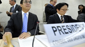 Sihasak Phuangketkeow, Presidente del Consiglio Diritti Umani, presiede la discussione del Consiglio dedicata al rapporto rilasciato dalla Missione di Inchiesta delle Nazioni Unite sull'attacco israeliano al convoglio di aiuti diretto a Gaza, avvenuto il 31 maggio 2010