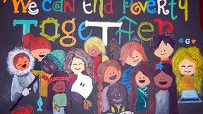 """Logo della Giornata Mondiale per lo sradicamento della povertà, 2009. Il disegno raffigura  bambini di diversi continenti, mentre leggono, con la scritta: """"We can end poverty together""""."""