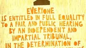 Poster con disegno e testo dell'art. 10 della dichiarazione universale dei diritti umani