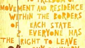Poster con disegno e testo dell'art. 13 della Dichiarazione universale dei diritti umani.