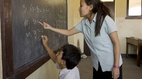 Insegnante nepalese di matematica con un alunno
