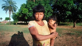 Donna indiana shavante con il suo bambino (1992)