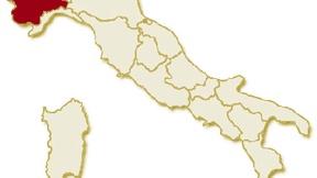 Carta geografica politica dell'Italia, suddivisa con i confini delle 20 regioni, su sfondo chiaro con evidenziata in rosso l'area del territorio della Regione Piemonte.