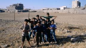 Un gruppo di bambini posano per una foto in un rudimentale campetto da calcio nella Striscia di Gaza nel 1990