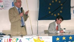 Foto di un intervento del Prof. Marco Mascia, V. Direttore del Centro Diritti Umani, con gli studenti di una scuola superiore nell'ambito del Progetto Europa-Ludens per la creazione di una rete di scuole attive nella promozione di Laboratori permanenti per l'educazione alla cittadinanza europea, 2006