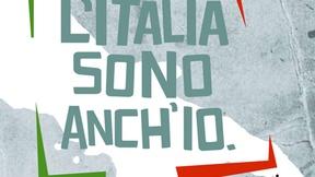 """Compare la scritta grande al centro """"L'Italia sono anch'io"""" tra parentesi quadre, rossa a destra e verde a sinistra, sullo sfondo in bianco la sagoma dell'Italia; i colori richiamano la bandiera italiana."""