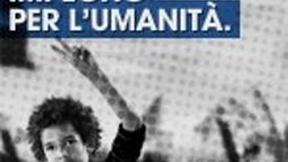 """Locandina del ciclo di incontri organizzato dal Parlamento Europeo dove si vede un bambino con un braccio alzato in segno di pace e una scritta che recita: """"Il Parlamento Europeo. Il nostro impegno per l'umanità""""."""