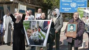 Manifestanti fuori dalla sede dell'UNRWA nella West Bank