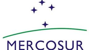 Bandiera del Mercosur, con 4 stelle che rappresentano i 4 paesi fondatori (Argentina, Brasile, Paraguay e Uruguay)