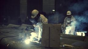 Due lavoratori migranti mentre operano con la fiamma ossidrica in una fabbrica, Amsterdam