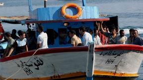 Migranti su un barcone che arrivano a Lampedusa