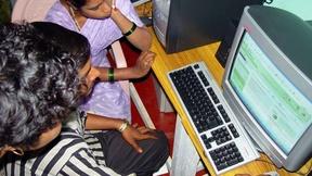 Un gruppo di persone lavorano al computer.