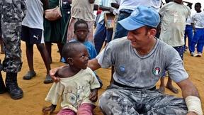 Un Peacekeeper delle Nazioni Unite parla con un bambino