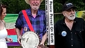 Pete Seeger, con un peace pole