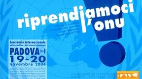 """Locandina del Seminario internazionale sul futuro dell´Onu e delle istituzioni internazionali """"Riprendiamoci l'ONU"""", Padova, 19-20 novembre 2004. Sullo sfondo azzurro il simbolo dell'ONU e in primo piano la scritta """"riprendiamoci l'ONU"""" con un grande punto esclamativo e, più in piccolo, le informazioni relative al seminario."""