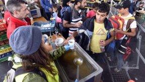 Volontari distribuiscono cibo ai rifugiati in Austria