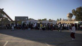 Rifugiati dalla Somalia, Siria ed Eritrea salgono a bordo di un autobus presso la struttura di raccolta e partenza dell'UNHCR a Tripoli, aprile 2019