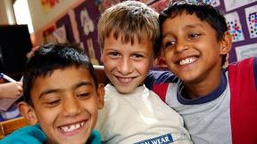 "tre bambini Rom abbracciati, campagna ""Dosta!"", 2007"