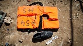 Salvagente di un migrante al porto di Lampedusa proveniente da una barca di migranti tunisini che si erano persi in mare per oltre quattro giorni, 2010