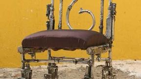 Sedia realizzata con armi di piccolo calibro in laboratori di formazione per fabbri apprendisti e in ambito artistico, dal quale è scaturita l'esposizione 'To Be Deter-mined / At Arms Length' realizzata nell'ambito di un progetto promosso dal Governo della Cambogia in collaborazione con l'Unione Europea (1998).
