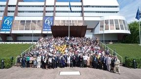 Foto di gruppo degli studenti partecipanti all'Università Estiva per la Democrazia. Alle spalle l'edificio del Consiglio d'Europa