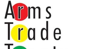 """Sfondo bianco, in alto logo delle Nazioni Unite, al centro scritta """"Trattato sul commercio d'armi"""" con alcune lettere dentro cerchi colorati."""