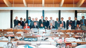 """Foto della riunione del Gruppo di Esperti """"sull'approfondimento della riflessione sul concetto di diritti dei popoli"""" tenutasi a Parigi nella sede dell'UNESCO, 27/30 novembre 1989."""