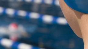 Copertina Rapporto Unicef Protecting children from violence in sport (luglio 2010) che raffigura una fanciulla in una gara di nuoto