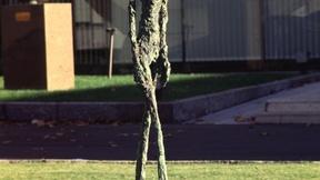 Quartier generale dell'UNESCO, Parigi: scultura raffigurante un esile uomo che cammina.