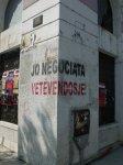 Graffiti su parete innegianti il movimento politico Vetevendoje, nella città di Pristina.